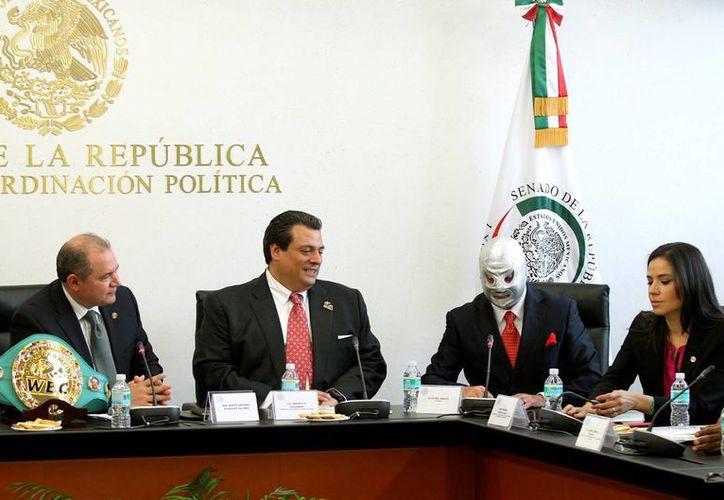 Mauricio Sulaimán (2-i), titular del Consejo Mundial de Boxeo (CMB), y el enmascarado luchador 'Hijo del Santo', estuvieron presentes en el Senado para atender a una iniciativa para dar mayor seguridad a los practicantes de deportes de combate. (Notimex)