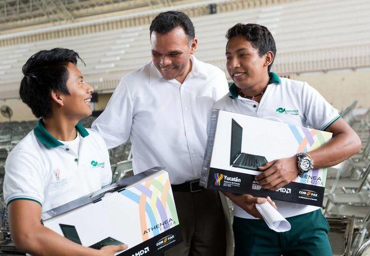 El gobernador Rolando Zapata Bello convive con estudiantes beneficiados con la entrega de ayer de equipos de Bienestar Digital. (SIPSE)