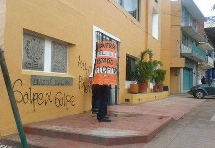 Hace algunos días, un grupo de encapuchados atacó la sede del PRI en Xalapa. (Milenio)