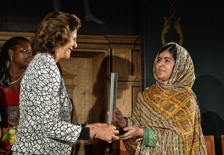 La reina Sillvia de Suecia entrega a Malala Yousafzai el Premio de los Niños del Mundo 2014 en Mariefred, Suecia, el miércoles, 29 de octubre del 2014. (Foto AP/Anders Wiklund, TT News Agency)