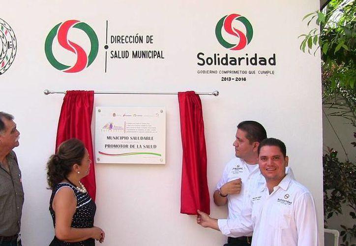 La placa que acredita a Solidaridad como 'municipio saludable' esta en el Centro de Salud de la colonia 28 de julio. (Cortesía)