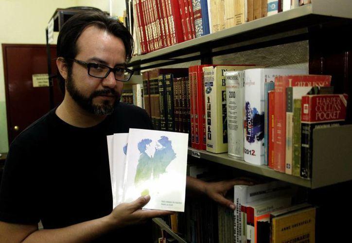 Isaac Herrero Quezadas, de la ESAY, dio detalles del libro. (Christian Ayala/SIPSE)