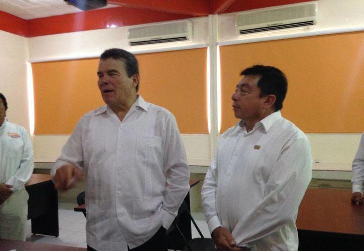 El líder nacional del SNTE, Juan Díaz de la Torre (i) dijo ayer que no se reuniría con autoridades educativas locales pero que con Gobierno del Estado 'están muy bien las cosas'. (Foto cortesía)