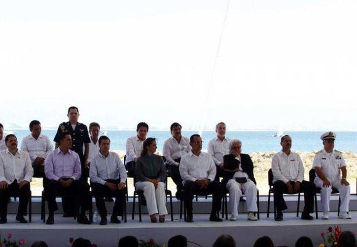 Gobernadores que acompañaron al presidente Enrique Peña Nieto en la presentación de la Política Nacional Turística. (Notimex)