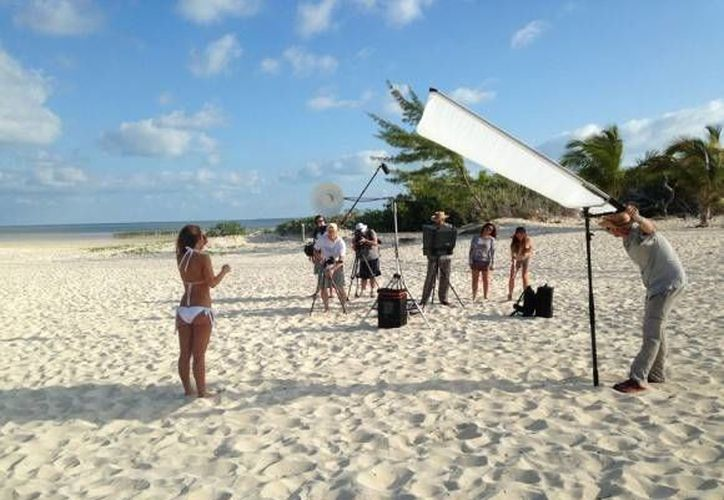 Las porristas visitaron las playas de Cancún para la realización de su calendario 2015. (Sergio Orozco/SIPSE)