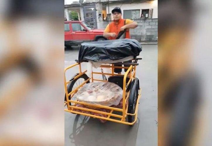 El joven reproduce en su triciclo una versión del rap 'Gucci Gang' adaptada a su negocio. (Foto: Captura de video)