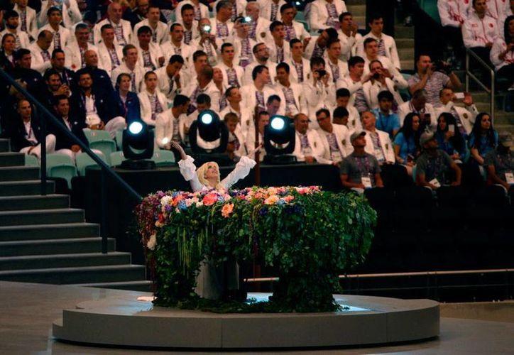 Imagen de la actuación de Lady Gaga, cantante pop, quien fue la estrella de la ceremonia inaugural de los Juegos Europeos. (AP)