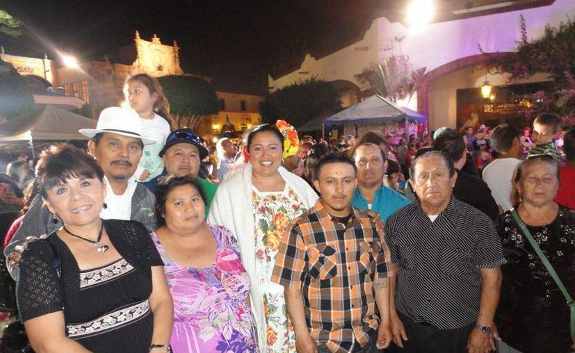 La alcaldesa de Sotuta, Geny Otilia Blanco (centro), pidió a los migrantes apoyar a sus comunidades de origen. (Milenio Novedades)