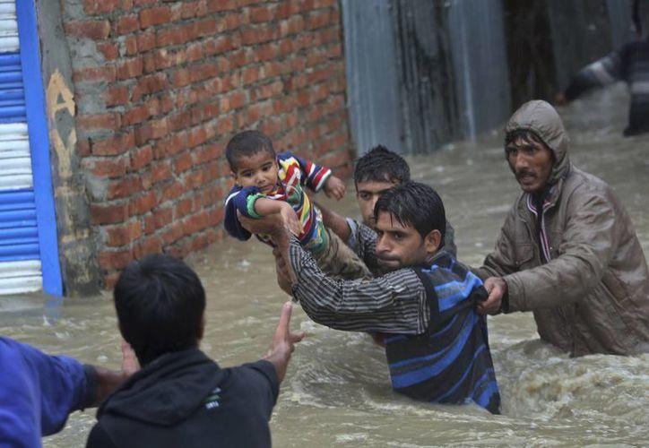 Habitantes de Srinagar huyen debido a la inundación de sus viviendas en India. (Foto de archivo: AP)