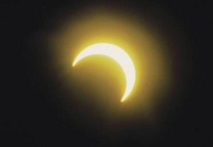 La NASA recomienda evitar mirar directamente al Sol durante el eclipse  para evitar daños en los ojos. (Archivo/SIPSE)