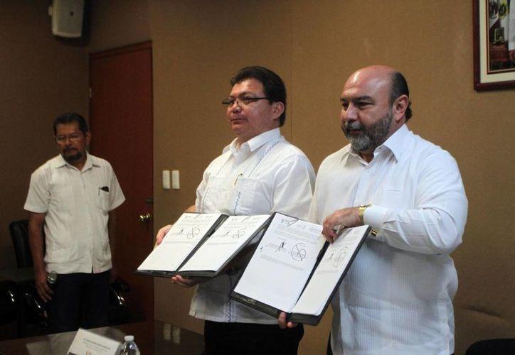 El Secretario de Salud de Yucatán, Jorge Eduardo Mendoza Mézquita y el delegado estatal del Issste, Luis Hevia Jiménez, tras firma un convenio sobre atención médica. (Foto: Amílcar Rodríguez/Milenio Novedades)