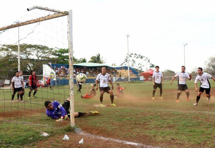 Uno de los tantos con los que Potros derrotó 6-0 a Halcones de la SSP, en el futbol de Primera Fuerza Estatal. (SIPSE)