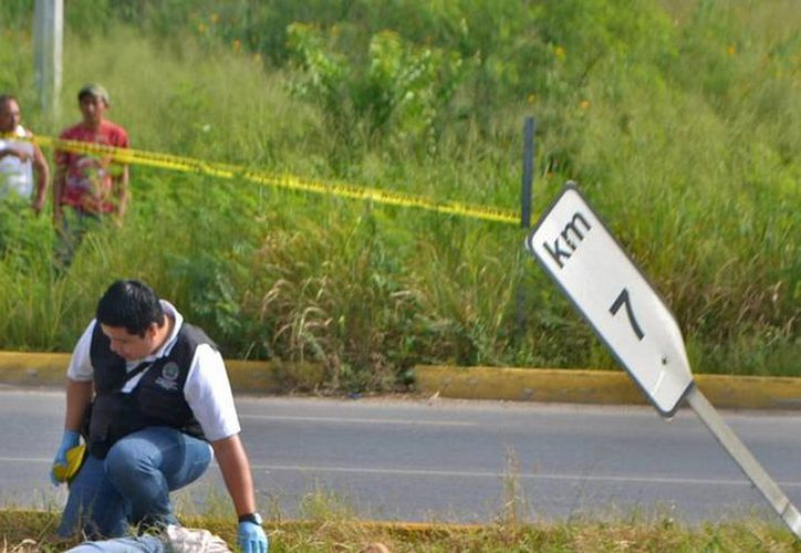 Un ciclista murió en la carretera Mérida-Cancún, luego de ser atropellado por un auto 'fantasma', a la altura del entronque con San Pedro Nohpat. (Carlos Navarrete/SIPSE)