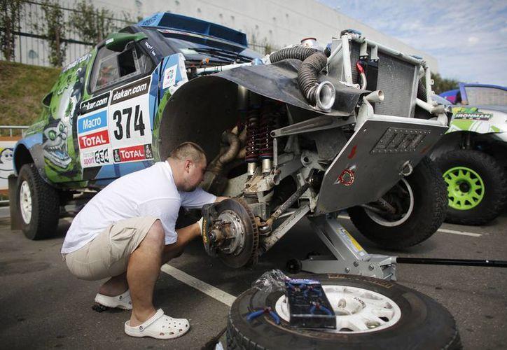 Los organizadores del Rally de Dakar tratan de resolver los problemas de la ruta en Sudamérica, en tanto que pilotos y mecánicos preparan sus vehículos para la ruda prueba. (Agencias)