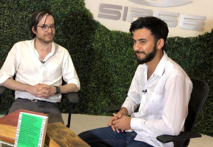 El autor Humberto Beck en entrevista con SIPSE televisión. (Novedades Yucatán)