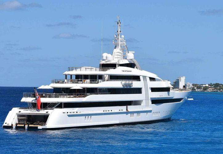 La embarcación apareció el fin de semana fondeado frente al Mueso de la Isla. (Gustavo Villegas/SIPSE)
