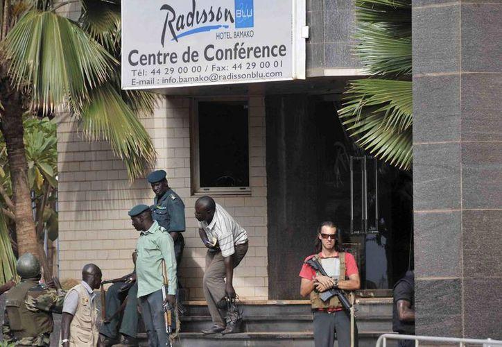 Fuerzas de seguridad vigilan los alrededores del Hotel Radisson de Bamako, en el que hoy murieron más de veinte personas. (EFE)