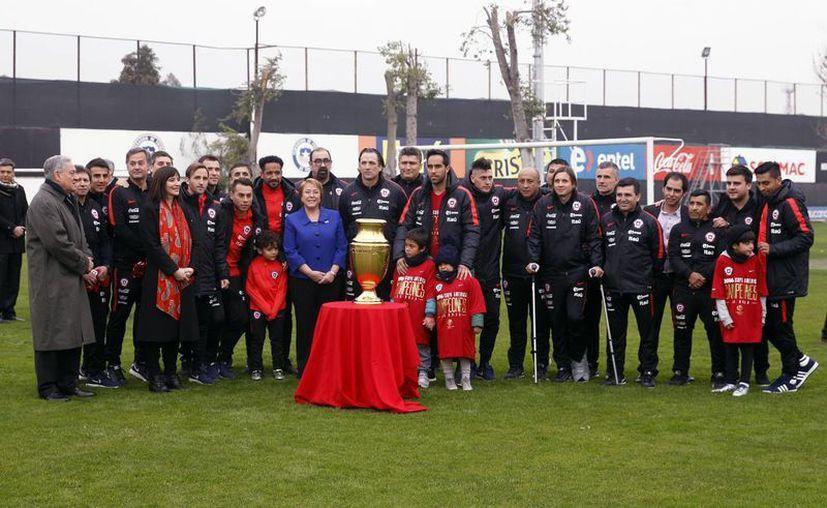 La presidenta de Chile, Michelle Bachelet (c), llegó hasta el complejo deportivo Juan Pinto Durán en Santiago para felicitar a los miembros de la selección chilena de fútbol tras el título obtenido en la Copa América Centenario USA 2016. (EFE)