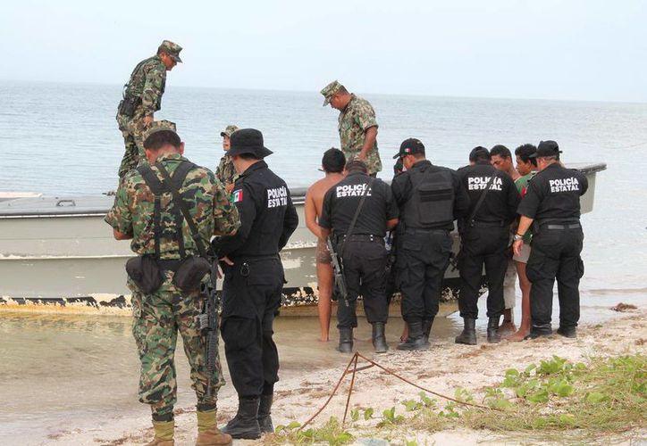 Pescadores ilegales de pepino de mar detenidos a principios de noviembre, en Dzilam Bravo. (SIPSE)