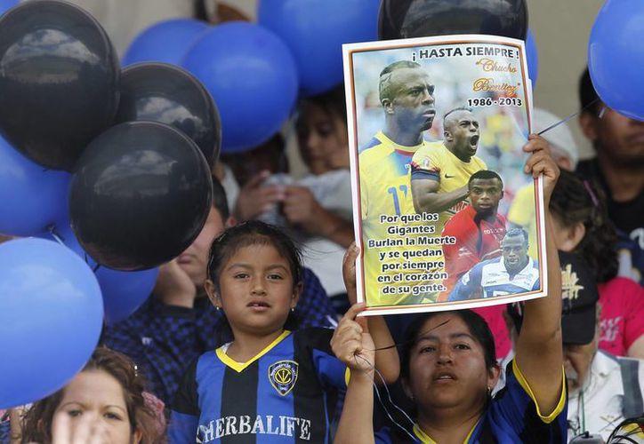 Público y jugadores rinden homenaje a Christian Benítez en los partidos de futbol de Ecuador. (Agencias)