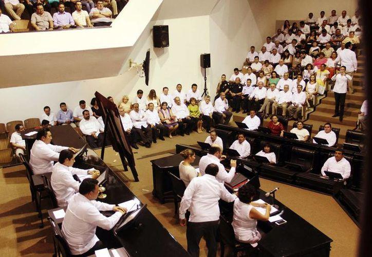 La nueva legislatura tendrá mayoría tricolor con 13 diputados de un total de 25. Imagen de la última sesión en el antiguo edificio del Congreso del Estado en el centro de Mérida. (Milenio Novedades)