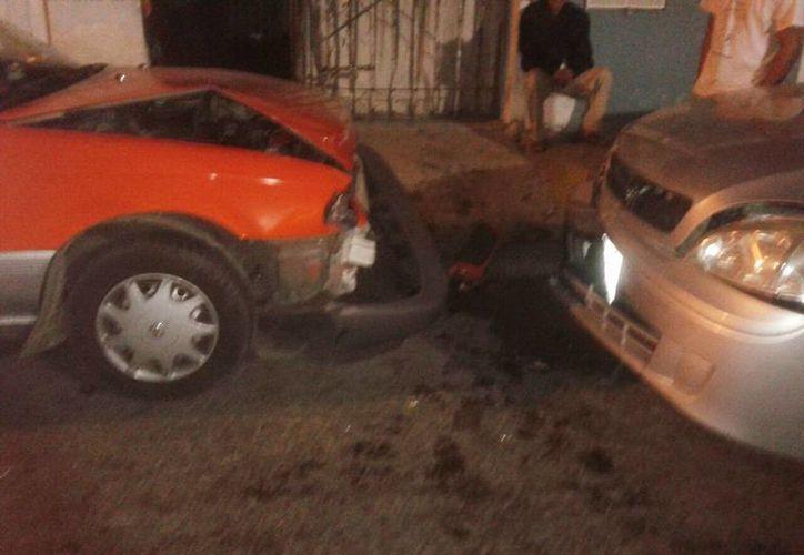 El conductor de un Corsa se impactó contra la parte trasera de un Tsuru habilitado como taxímetro de la UTI en la colonia Melitón Salazar. (Milenio Novedades)