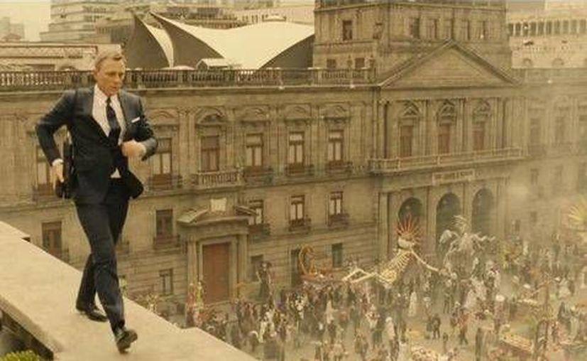 La empresa Sony Pictures dio a conocer el primer tráiler de la película 'Spectre' que fue grabada en la ciudad de México,en el que no faltan las habituales explosiones, persecuciones en coche y bellas mujeres.(Milenio)