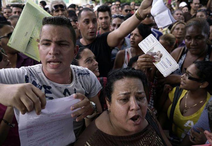 Ecuador permitía el libre ingreso de cubanos a su territorio como parte de una política de 'ciudadanía universal', pero ahora les exigirá visado. Esto provocó una gran protesta en la embajada ecuatoriana en La Habana. (AP)