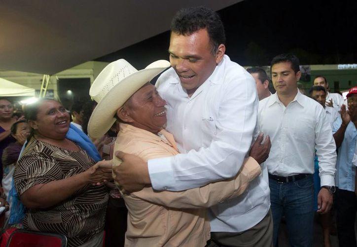 Miles de personas recibieron al Gobernador en su llegada al parque principal de Tizimín. (Milenio Novedades)