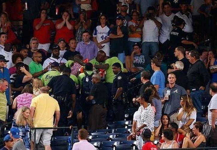 Los novios Andrew Fox y Heather Terwilliger vivieron un momento tenso, pero al final apareció el anillo de compromiso en el estadio de los Yanquis de Nueva York. (abc.es)