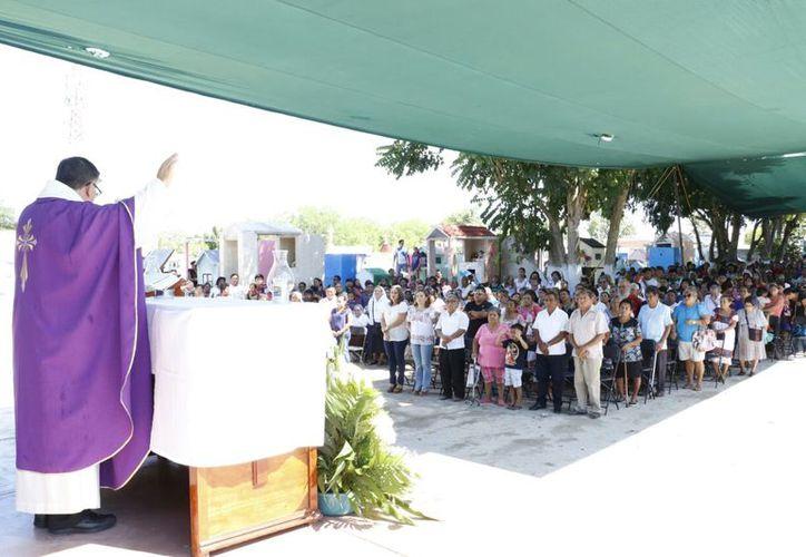 La homilía destacó que está en la liturgia celebrar a los que han sido glorificados y a los que están en el proceso de purificación. (Foto: Acosta Cámara/SIPSE)