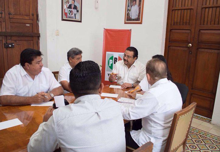El PRI de Yucatán tiene nuevos secretarios: Enrique Magadán, Nicolás Ávila, y Renán Guillermo. El presidente estatal, Carlos Sobrino Argáez, anunció los nombramientos. (Israel Cárdenas/SIPSE)