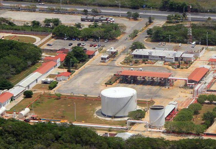 Uno de los tanques de almacenamiento de las instalaciones de Pemex será el <i>escenario</i> del incendio simulado. (SIPSE.com)