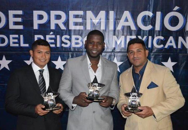 El yucateco Manuel Rodríguez(i), Jesús 'Cacao' Valdez(c) y el entrenador Willie Romero recibieron sus premios en la noche de gala previo al Juego de estrellas 2016. (Foto tomada de Leones.mx)
