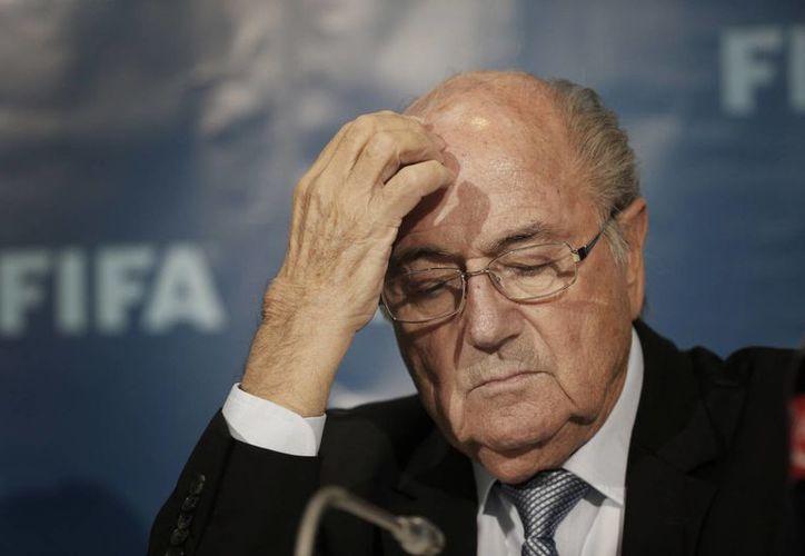 Joseph Blatter y sus dos exfuncionarios se aumentaron el sueldo a sí mismos por más de cinco años.(AP)