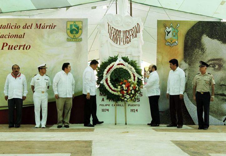 Zapata Bello encabezó la guardia de honor realizada en conmemoración de Carrillo Puerto. (Milenio Novedades)
