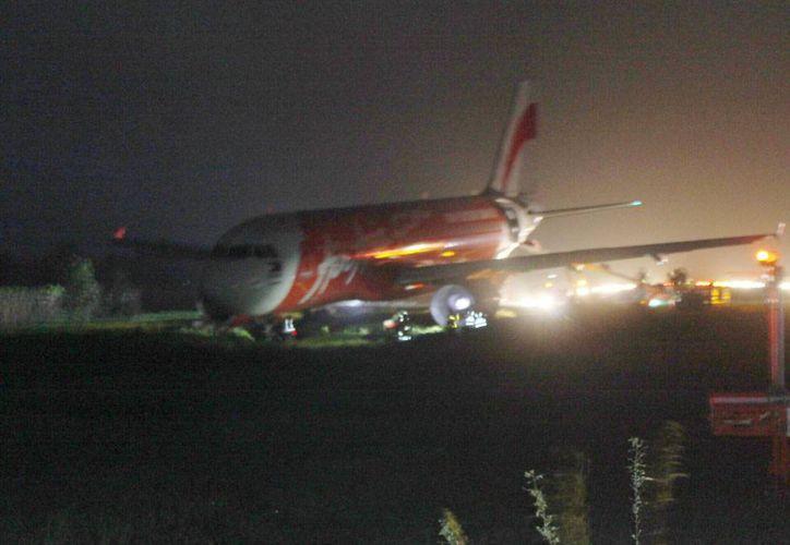 Un avión de la compañía AirAsia Zest se salió de la pista, a causa del mal tiempo que impera en Filipinas. No se reportaron heridos, en lo que es el tercer accidente de una aeronave de la compañía, en menos de una semana. (AP)
