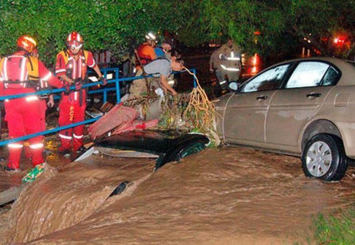 Las lluvias dejaron como saldo preliminar un muerto y 2 desaparecidos, en Monterrey. (Milenio Digital)