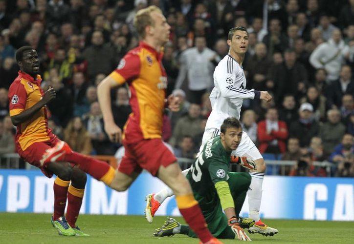 Momento en que Cristiano Ronaldo techa al portero Muslera para abrir el marcador. (Agencias)