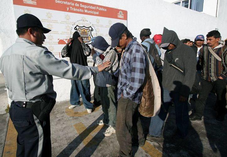 Un oficial habla con un grupo de indocumentados centroamericanos detenidos en México. (EFE/Archivo)