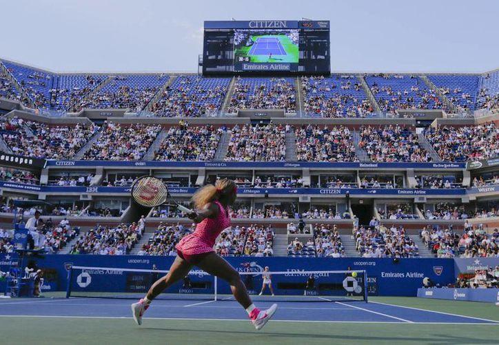 Serena Williams devuelve un servicio a Ekaterina Makarova, a la que eliminó en el Abierto de EU. Ahora jugará la final contra Caroline Wozniacki. (Foto: AP)