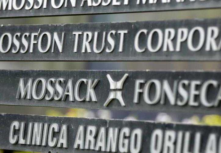 Imagen de un cartel en un edificio en Ciudad de Panamá que muestra el nombre del bufete de abogados Mossack Fonseca, envuelto en un escándalo por la filtración de sus archivos confidenciales sobre cuentas en el extranjero de ricos y famosos. (Agencias)