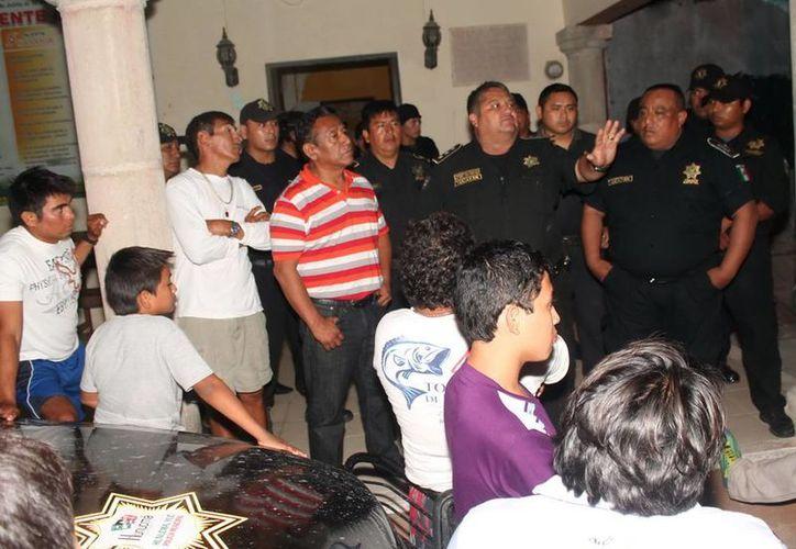 Antes de expulsar de Sisal a los policías municipales denunciados, el titular de la corporación, Héctor Guy Freyre Núñez, tranquilizó a la indignada población. (SIPSE)