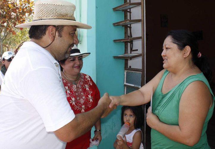 Francisco Torres Rivas, candidato del PRI-PVEM a diputado por el IV Distrito federal, visitó este martes la comisaría de Chichí Suárez. (SIPSE)