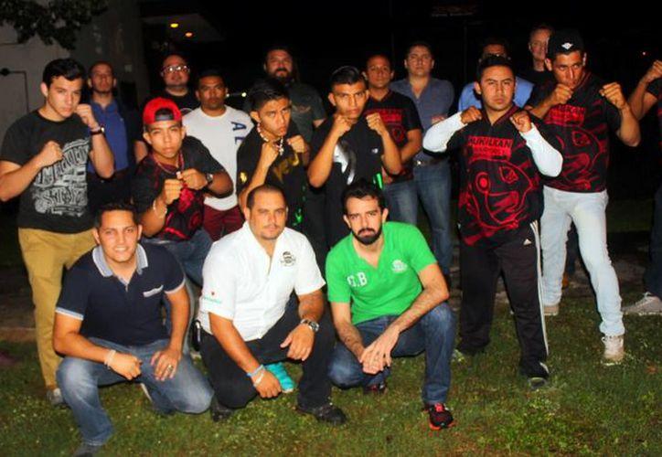 Peleadores que participarán en el evento 'Legacy MMA MX' no tuvieron problemas con la báscula durante la cerremonia de pesaje realizada ayer, en un restaurante del norte de la ciudad.- (SIPSE)