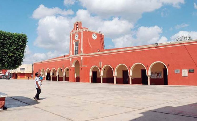 En Ticul, la poca actividad generada por la contingencia sanitaria, impactó a una de sus principales actividades económicas: la venta de zapatos. (José Acosta/Novedades Yucatán)