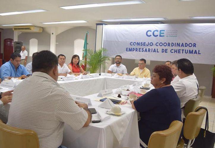 Representantes de cámaras empresariales del sur de Quintana Roo se reunieron con el coordinador de Programas Sociales del Gobierno Federal, Arturo Abreu Marín. (Daniel Tejada/SIPSE)