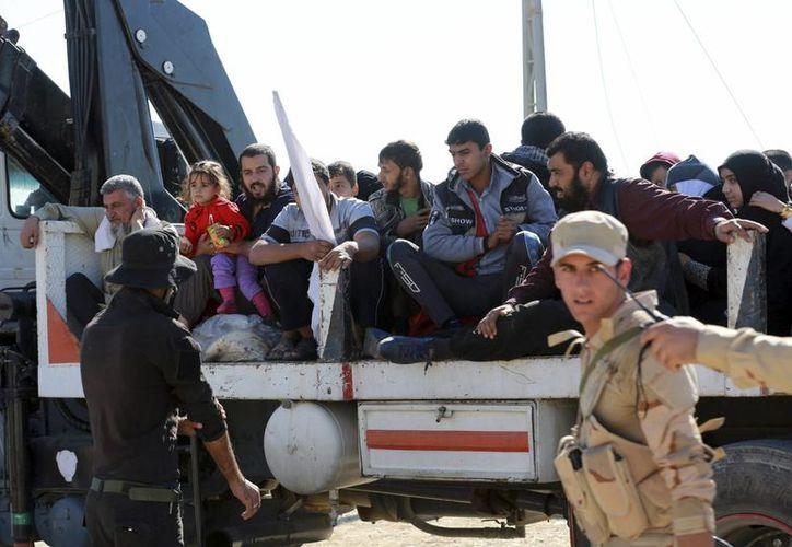 Desplazados iraquíes de zonas cercanas a Mosul, a su llegada al punto de encuentro al este de Mosul, Irak. (EFE)