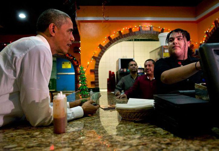 """El presidente Barack Obama ordena comida para llevar en el restaurante mexicano """"La Hacienda"""", en Nashville, Tennessee, el martes 9 de diciembre de 2014, luego de hablar acerca de su acción ejecutiva sobre inmigración. (Foto: AP/Jacquelyn Martin)"""