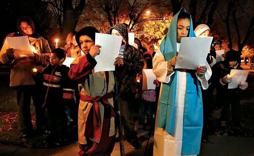 Aunque algunas de las posadas se celebran en los templos y parroquias, la mayoría de las personas prefiere realizarlas en los hogares para reunirse con sus familiares y vecinos. Imagen de contexto de una peregrinación navideña. (Milenio Novedades)